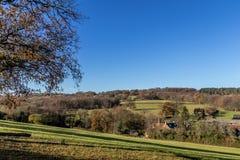 SUSSEX/UK - 25. NOVEMBER: Ansicht von Gebäuden und von Ackerland in Lizenzfreie Stockbilder