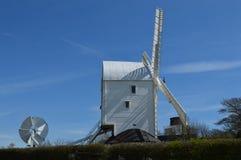 Sussex-Windmühle auf dem Sussex Southdowns Stockfoto