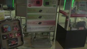 Sussidio visivo degli oggetti proibiti per il trasporto di aria al video del metraggio delle azione dell'aeroporto internazionale video d archivio
