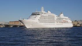 Sussurro da prata do navio de cruzeiros que gira ao redor no rio Neva em St Petersburg, Rússia Lapso de tempo video estoque