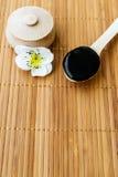 Sustancia negra en tarro de madera en un fondo de madera Imagen de archivo