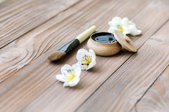 Sustancia negra en tarro de madera en un fondo de madera Imagen de archivo libre de regalías