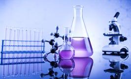 Sustancia química, ciencia y fondo de la cristalería de laboratorio Fotos de archivo