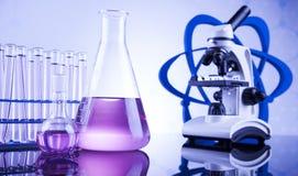 Sustancia química, ciencia y fondo de la cristalería de laboratorio Imágenes de archivo libres de regalías