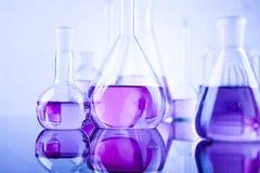 Sustancia química, ciencia y fondo de la cristalería de laboratorio Fotos de archivo libres de regalías