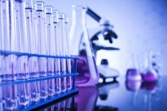 Sustancia química, ciencia y fondo de la cristalería de laboratorio Fotografía de archivo