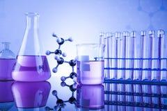 Sustancia química, ciencia y fondo de la cristalería de laboratorio Foto de archivo libre de regalías