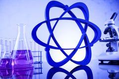 Sustancia química, ciencia y fondo de la cristalería de laboratorio Imagen de archivo libre de regalías