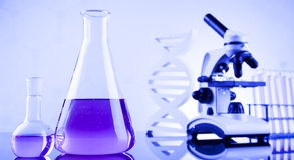Sustancia química, ciencia y fondo de la cristalería de laboratorio Imagenes de archivo