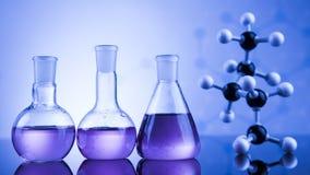 Sustancia química, ciencia y fondo de la cristalería de laboratorio Foto de archivo