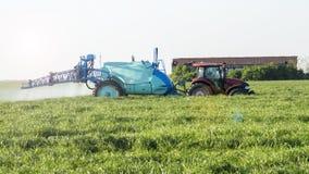 Sustancias de extensión de un tractor en la primavera temprana Imagenes de archivo