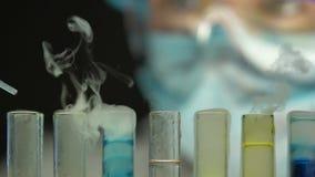 Sustancias de mezcla del investigador, observando la reacción de ebullición, producción cosmética almacen de metraje de vídeo