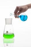 Sustancias químicas de mezcla del técnico de laboratorio fotos de archivo