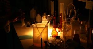 Sustancias químicas en un laboratorio oscuro almacen de metraje de vídeo