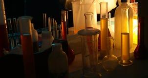 Sustancias químicas en un laboratorio oscuro almacen de video