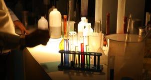 Sustancias químicas en un laboratorio oscuro metrajes