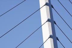 Sustentação da ponte de encontro a um céu azul foto de stock