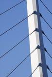 Sustentação da ponte de encontro a um céu azul fotos de stock