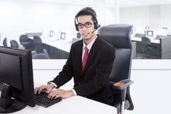 Sustentação do serviço de atenção a o cliente do homem de negócios foto de stock royalty free