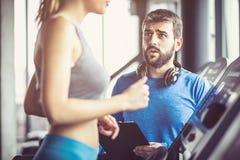 sustentação Pares no gym imagens de stock