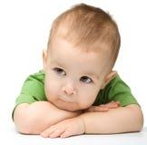 Sustentação pensativa do rapaz pequeno sua cabeça com mãos imagem de stock