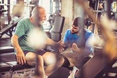 sustentação Povos no gym foto de stock