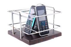 Sustentação sob telefones móveis e controlos a distância imagens de stock