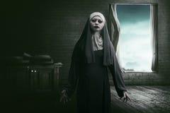 Susto asiático horrível da freira da mulher foto de stock royalty free