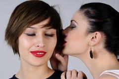 Susurro de las mujeres jovenes Imagen de archivo libre de regalías