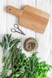 Suszarniczy świezi ziele i greenery dla pikantności jedzenia na białej drewnianej kuchennej biurka tła odgórnego widoku przestrze Zdjęcie Royalty Free