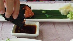 Suszi łososia brązu ryż polędwicowy rożek zbiory wideo