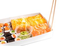 Suszi dostawa iść ustalony japoński chiński jedzenie odizolowywał białego tło zdjęcia stock