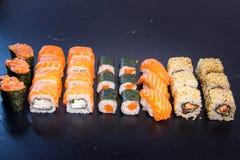 Suszi i rolka ustawiający z łososiem Japoński jedzenie 21 Zdjęcie Royalty Free