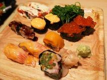 Suszi Japoński ustawiający na talerzu, Japoński jedzenia zakończenie w górę wizerunku w Ja Obrazy Royalty Free