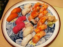 Suszi Japoński ustawiający na talerzu, Japoński jedzenia zakończenie w górę wizerunku w Ja Zdjęcie Royalty Free