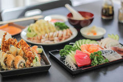 Suszi naczynia mięsa Japońskiej yummy ryba Łososiowy wyśmienicie rybiego fileta dekoraci Karmowego Wasabi Saba ryżowa zupna sałat fotografia stock