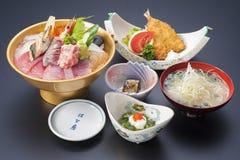 Suszi posiłek z świeżym sashimi tuńczykiem, smażącą polewką, rybią i cebulkową Obraz Stock