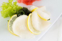 Suszi przegrzebka sashimi z wakame sałatką i cytryną obraz stock