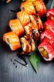 Suszi rolek zbliżenie Japoński jedzenie w restauraci Kalifornia suszi rolka ustawia z łososiem, węgorzem, warzywami i latającej r Obrazy Stock