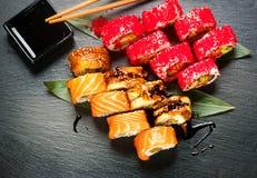 Suszi rolek zbliżenie Japoński jedzenie w restauraci Rolka z łososiem, węgorzem, warzywami i latającej ryba kawiorem, zdjęcie royalty free