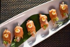 Suszi rolka Na bielu talerzu, Japoński jedzenie styl Obraz Royalty Free