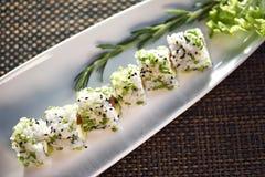 Suszi rolka Na bielu talerzu, Japoński jedzenie styl Obrazy Stock