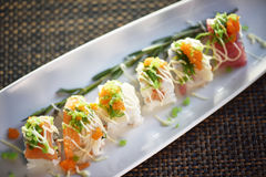 Suszi rolka Na bielu talerzu, Japoński jedzenie styl Zdjęcia Stock