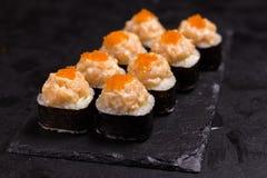 Suszi rolka z kremowym serem, sezam i pikantność japończyka jedzenie fotografia royalty free