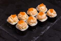 Suszi rolka z kremowym serem, sezam i pikantność japończyka jedzenie zdjęcia stock