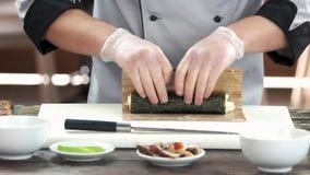 Suszi szef kuchni używa bambus matę zbiory wideo