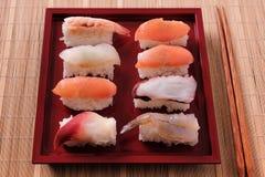 Suszi tacy japońscy karmowi czerwoni chopsticks Fotografia Stock