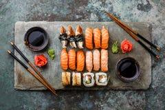 Suszi Ustalony sashimi i suszi rolki Obrazy Stock