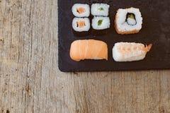 Suszi Ustalony sashimi i suszi rolki słuzyć Fotografia Stock
