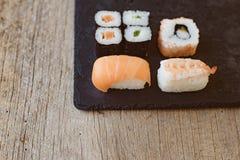 Suszi Ustalony sashimi i suszi rolki słuzyć Obrazy Stock